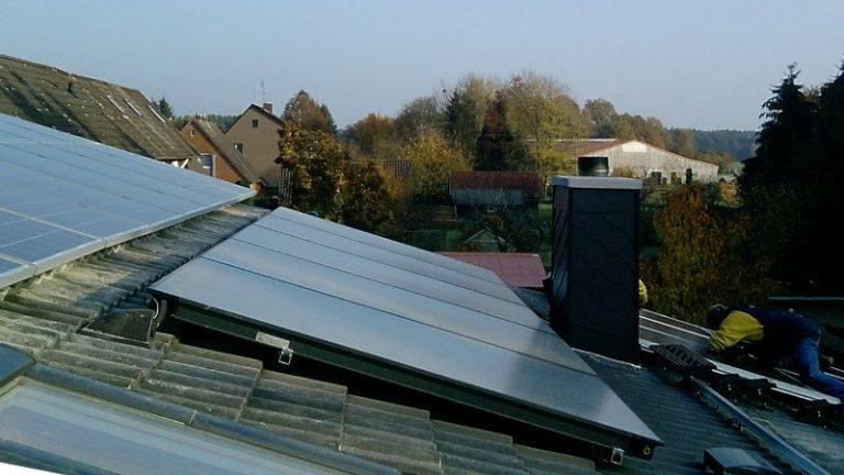Energie der Sonne - Strom mit Photovoltaik (links) und Wärme mit Solarthermie (mitte)