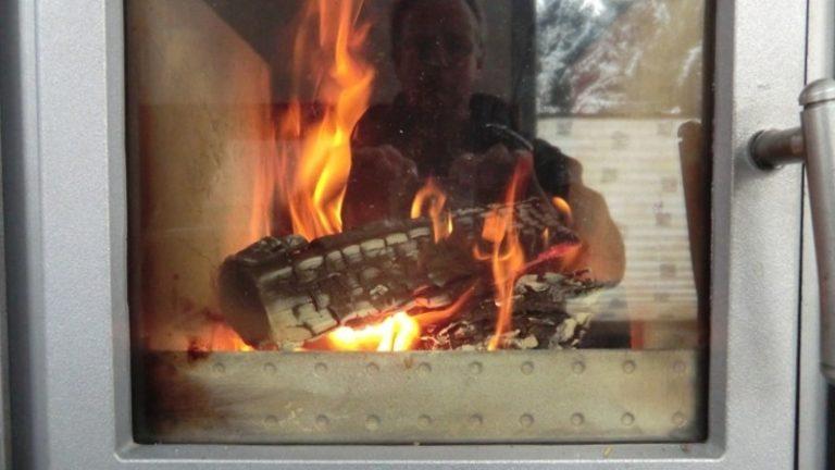Im Winter liefert der wasserführende Holzofen die Wärmeenergie